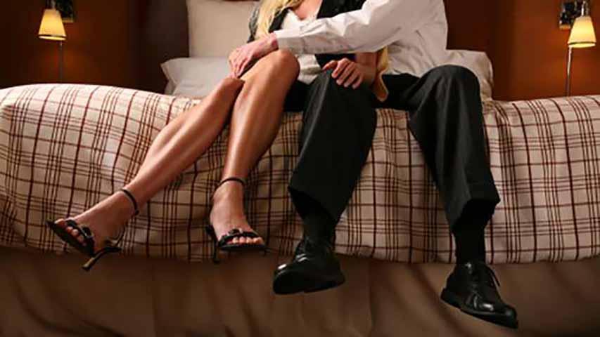 Он застал свою жену в кровати с 19-летним парнем. Ее пояснение – потрясающе!
