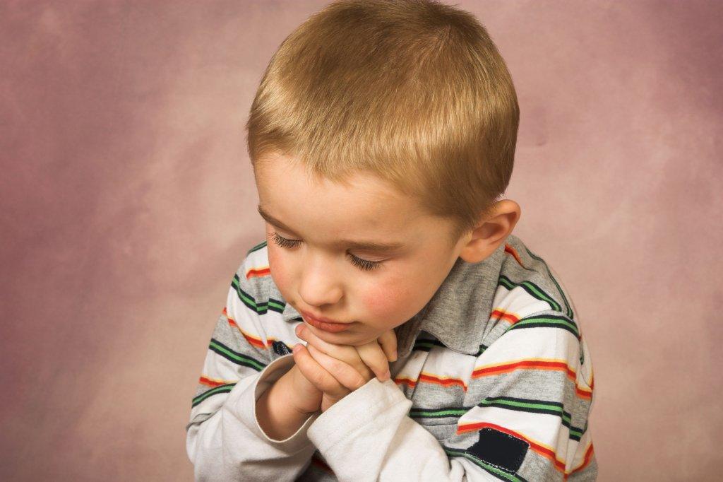Маленький мальчик кричал свои молитвы так громко, как только мог. Причина? Очень смешно!