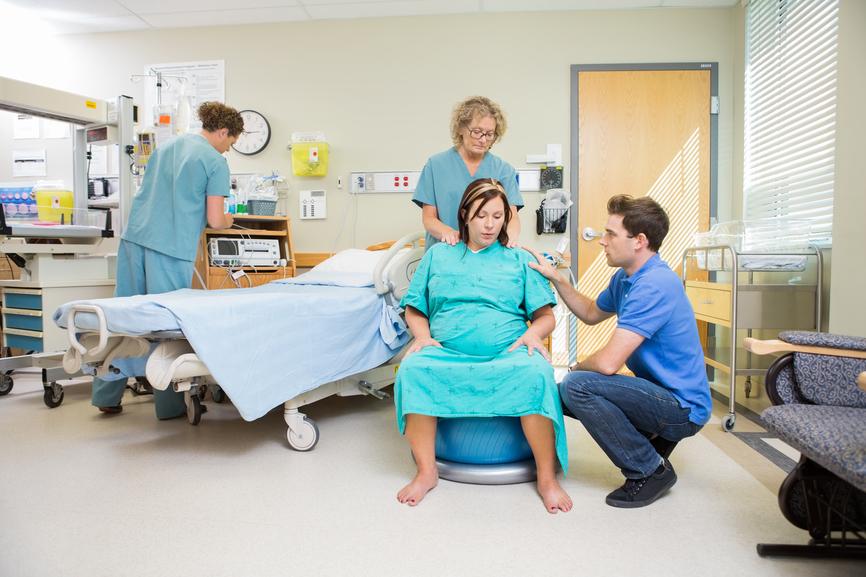 Доктор придумал способ переложить родовые боли матери на отца, но то, что произошло с этой семейной парой – сумасшествие!