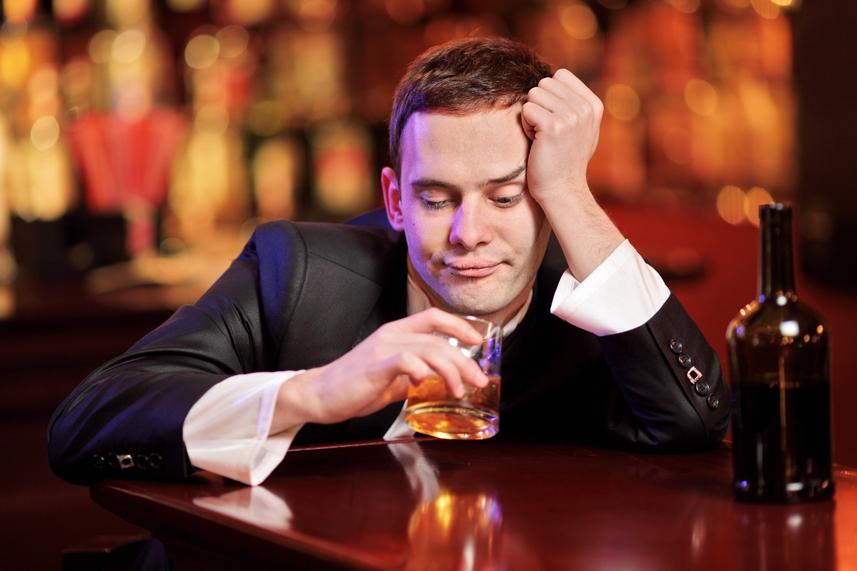 Мужчина заключает сумасшедшее пари с барменом, но результат — совершенно неожиданно!