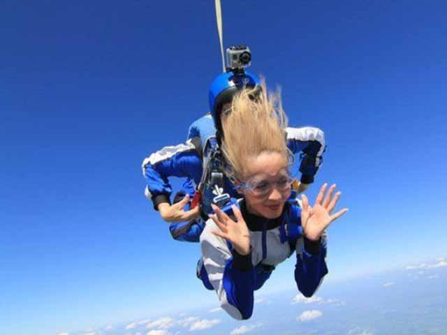 Леди тренировалась для своего первого прыжка с парашютом, но то, что она спросила у инструктора – уморительно!