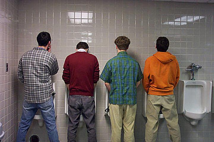Трое мужчин в общественном туалете демонстрируют свое воспитание — дождитесь конца!