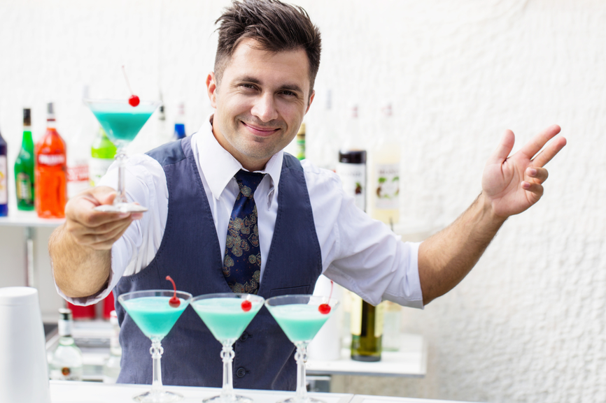 Он не мог поверить, насколько дешевый этот бар. Но когда он узнал причину – это уморительно!
