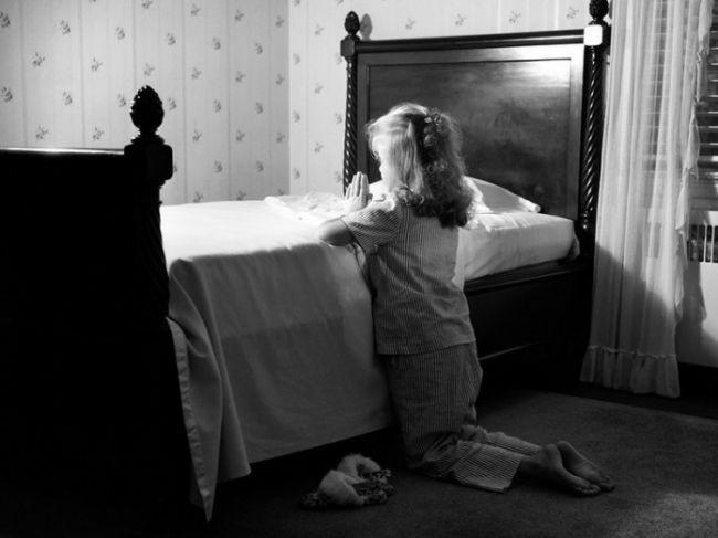 Мама увидела, что ее маленькая девочка молится в своей спальне, но ее желание – шок!