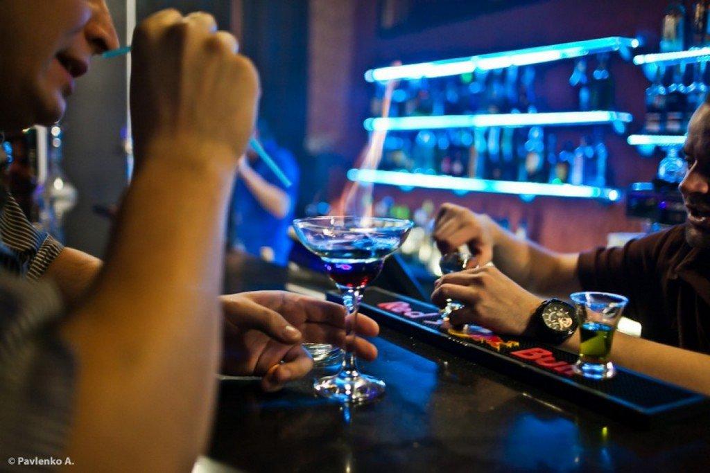Пьяному мужчине отказывают в обслуживании в баре, но его следующий ход – уморительно!