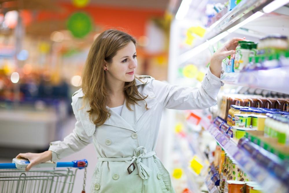 Женщина в супермаркете обсуждает эту будущую мать. Но ответ девушки шокировал ее!