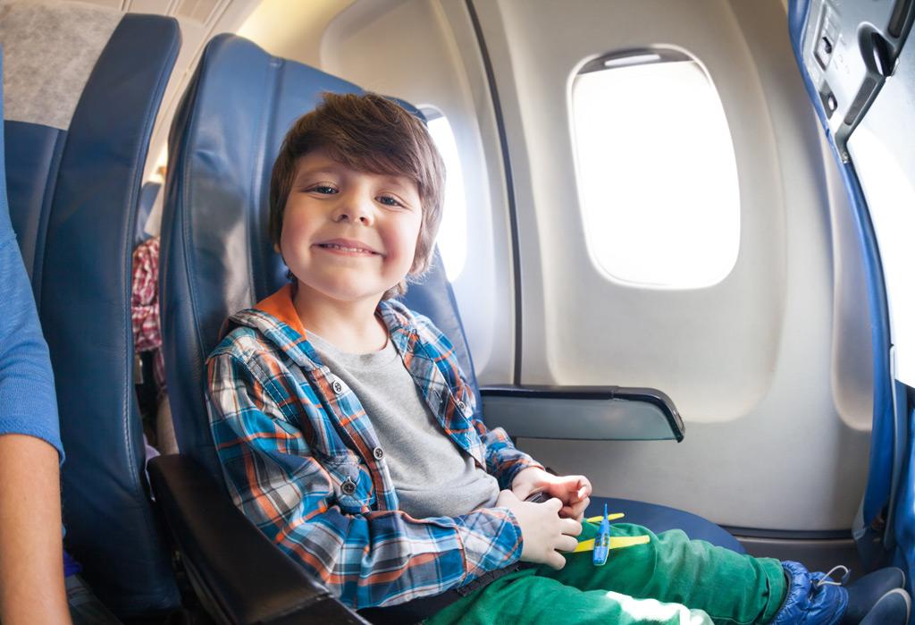 Маленький мальчик не переставал кричать в самолете, но реакция этого человека – шокирует!