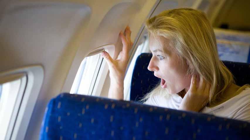 Женщина в первом классе отказывается занять свое место. Следите за решением второго пилота!