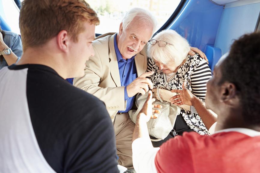Мужчина думал, что его пожилая жена теряет слух, но правда – шокирует!
