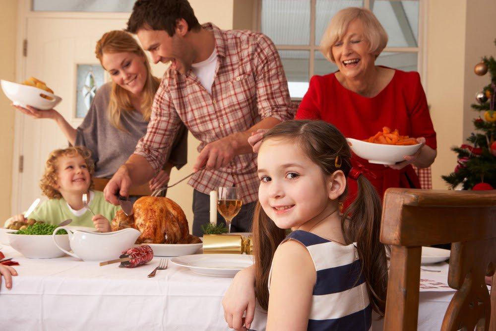 Она пыталась впечатлить своих гостей. Но то, что сказала ее дочь – весьма неловко!