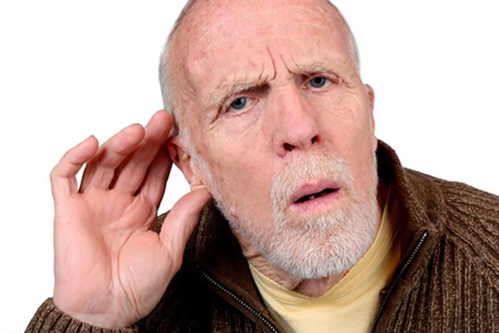 Пожилой мужчина получает новый слуховой аппарат, но то, что он делает после этого — самое смешное!
