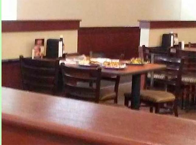 Два полицейских вошли в ресторан, держа в руках рации. Женщина сделала эту фотографию, когда они сделали это!
