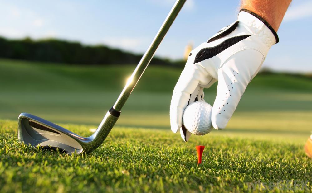 Молодой человек играл в гольф на протяжении нескольких часов, когда к нему присоединился старик. То, что сказал ему пожилой джентльмен во время игры – уморительно!