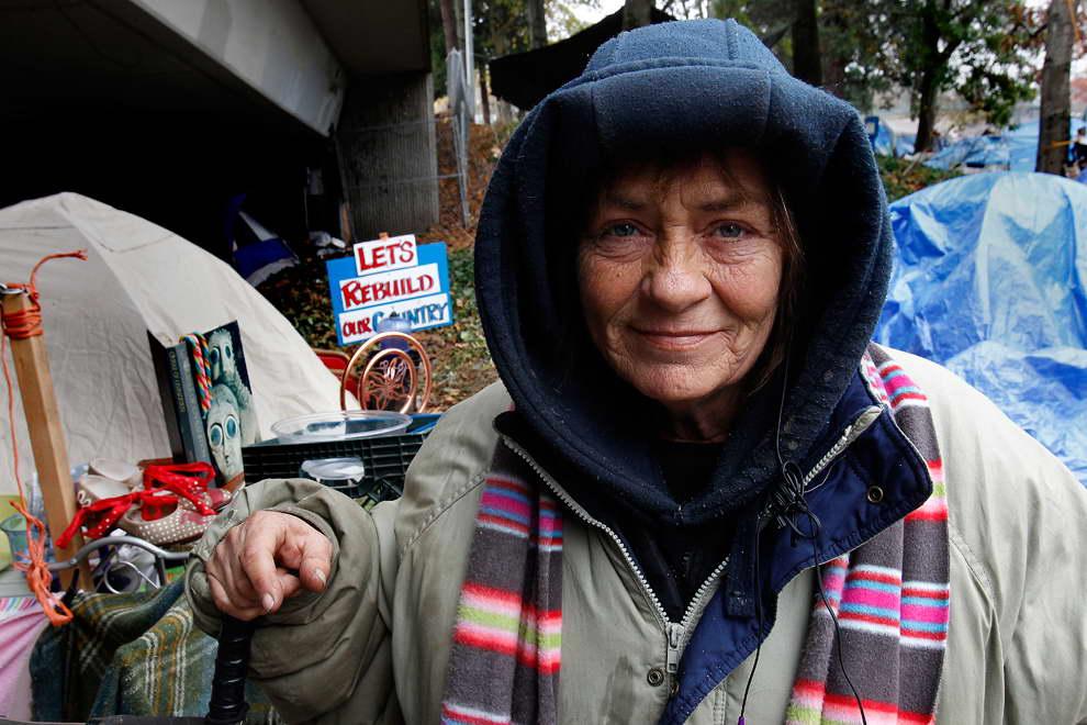 Женщина приглашает бездомную леди на ужин, но ее скрытый мотив — это шок!