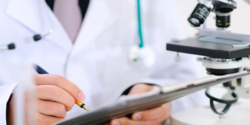 Старик получает назначение своего врача. Как он его выполнит — довольно смешно!