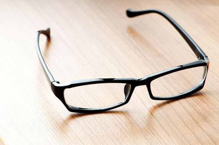 Старик кричит на свою жену после того, как она забывает очки в закусочной, но дождитесь конца истории!