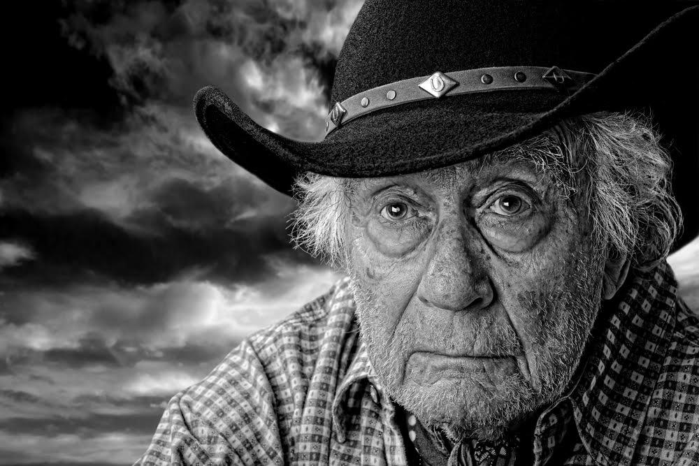 Пожилой человек так гордился своими совершенно новыми ковбойскими сапогами, но реакция его жены – шок!
