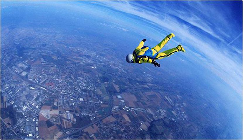 Мужчина впервые отправляется на прыжки с парашютом, но делает самый дикий поступок!