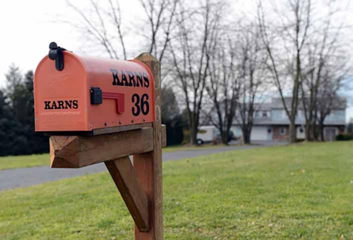 Работники почтового отделения пытаются помочь старой леди, нуждающейся в помощи, но они никогда не ожидали такого результата!