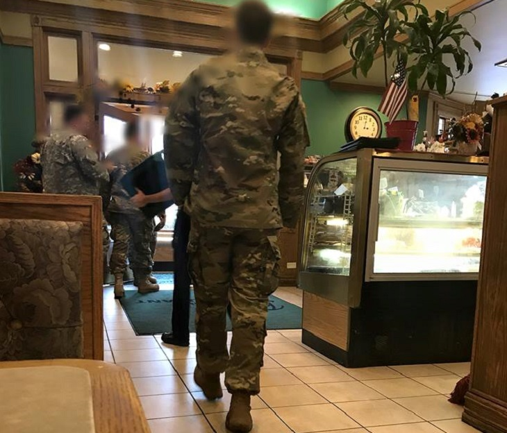 Гости делают замечание официантке по поводу солдат, но никто не ожидал такой реакции в ответ!