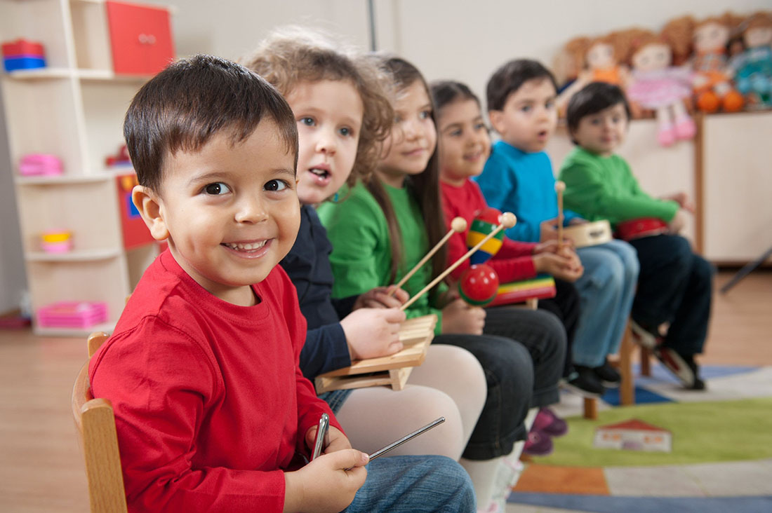 Воспитатель в детском саду помогает ребенку с его проблемой, но его ответ один на миллион!