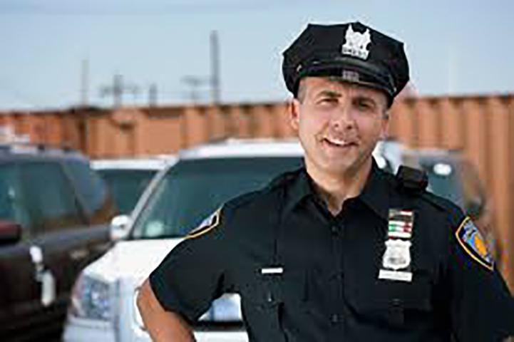 У него разбилось сердце, когда ему пришлось арестовать маму этой девочки в рождественское утро. Но она была ошеломлена, когда офицер сделал это!
