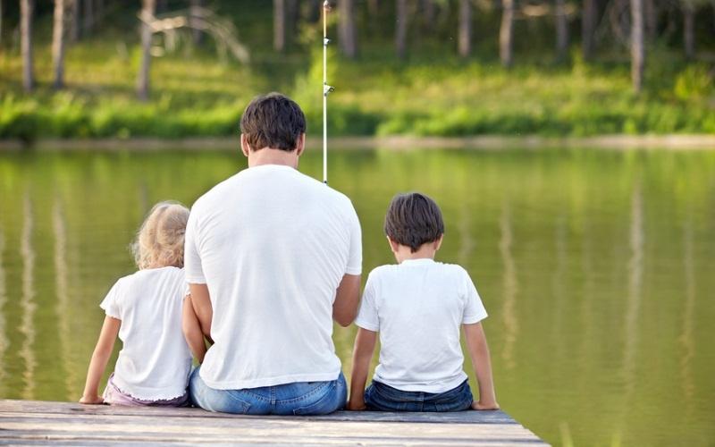 Сын дает лучший совет своему одинокому плачущему отцу. Это бесценно!