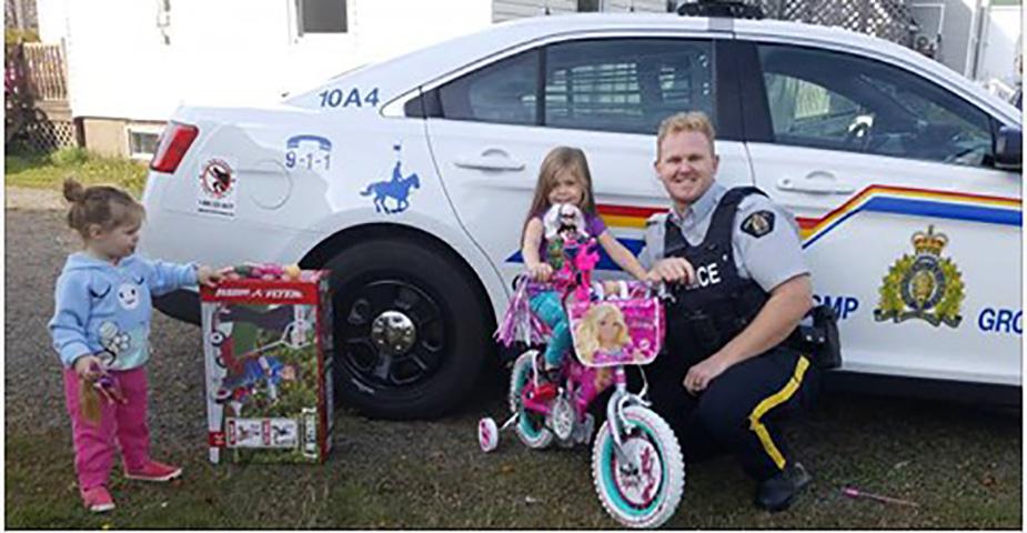 Полицейский преподносит большой сюрприз маленьким жертвам кражи!