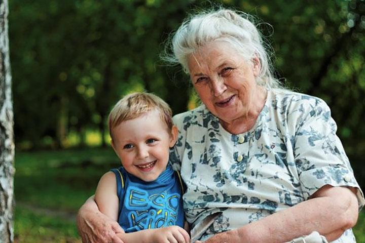 Маленький внук спрашивает бабушку, почему она одинока, но она совершила большую ошибку, когда сказала ему это!