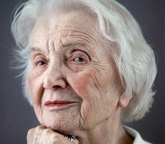 Эта пожилая женщина была обеспокоена тем, что потеряла большую часть фотографий на своем телефоне. То, что он сделал дальше – довело ее до слез!