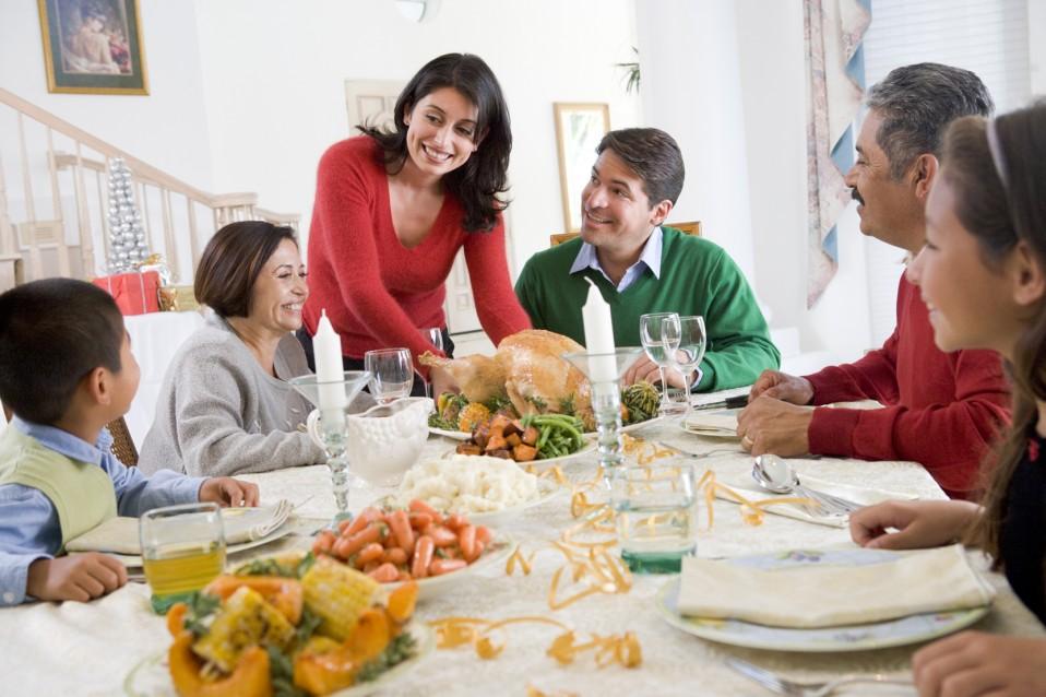 Она пыталась впечатлить своих гостей на ужине. Но что сказала ее дочь – шок!