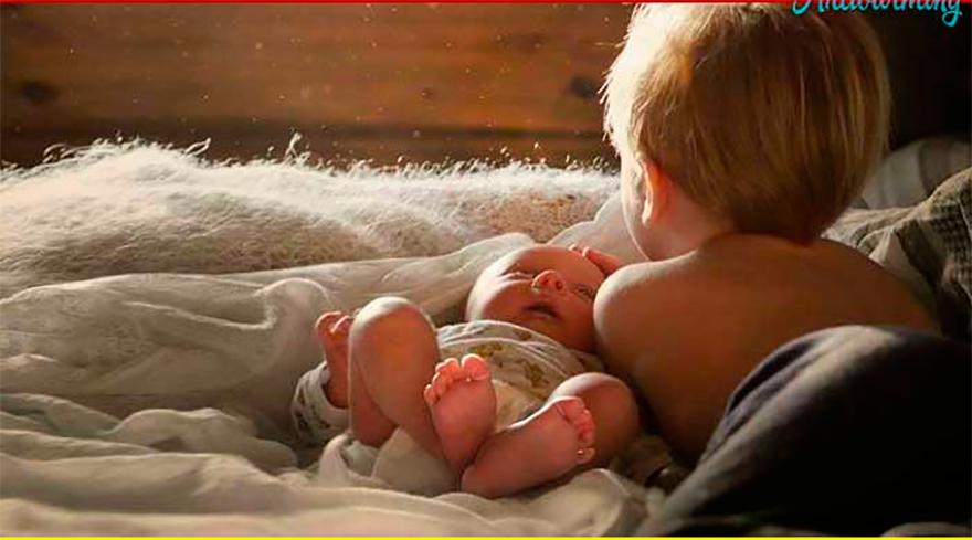 Они волновались, оставляя свою маленькую девочку вместе с ее братом-младенцем, который только родился. Но были шокированы, когда услышали, что она ему сказала!