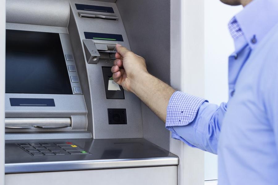 Он нашел наличные деньги в банкомате, но никогда не ожидал, что банк сделает это для владельца!