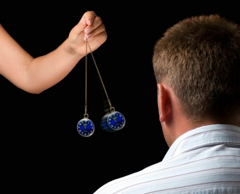 Она говорит мужу, чтобы он обратился к гипнотизеру, так как у них возникли проблемы в постели. Но шокирована, когда это произошло после его визита!