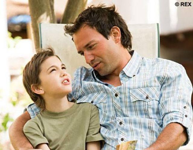 Маленький мальчик задает один и тот же вопрос своей маме, а потом папе. Но ответ папы – истерика!