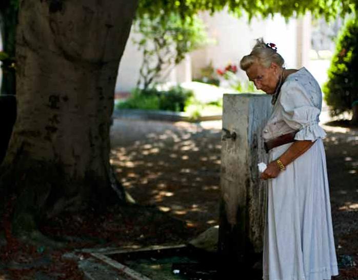 Он спросил свою пожилую соседку, может ли он что-то сделать для нее. Но никогда не знал, что выйдет из этого!