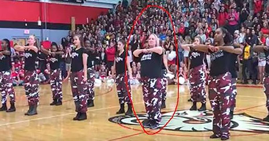Директор выходит на сцену и присоединяется к группе поддержки. Школа недооценивает ее способности до того момента, пока не заиграла музыка!