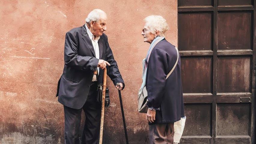 Две пожилые пары ужинали вместе, но то, что сказал этот старик – уморительно!