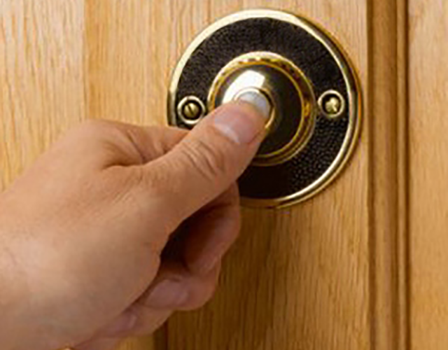 Он помог этому мальчику дотянуться и позвонить в дверной звонок. Но то, что сказал малыш, потрясло его!