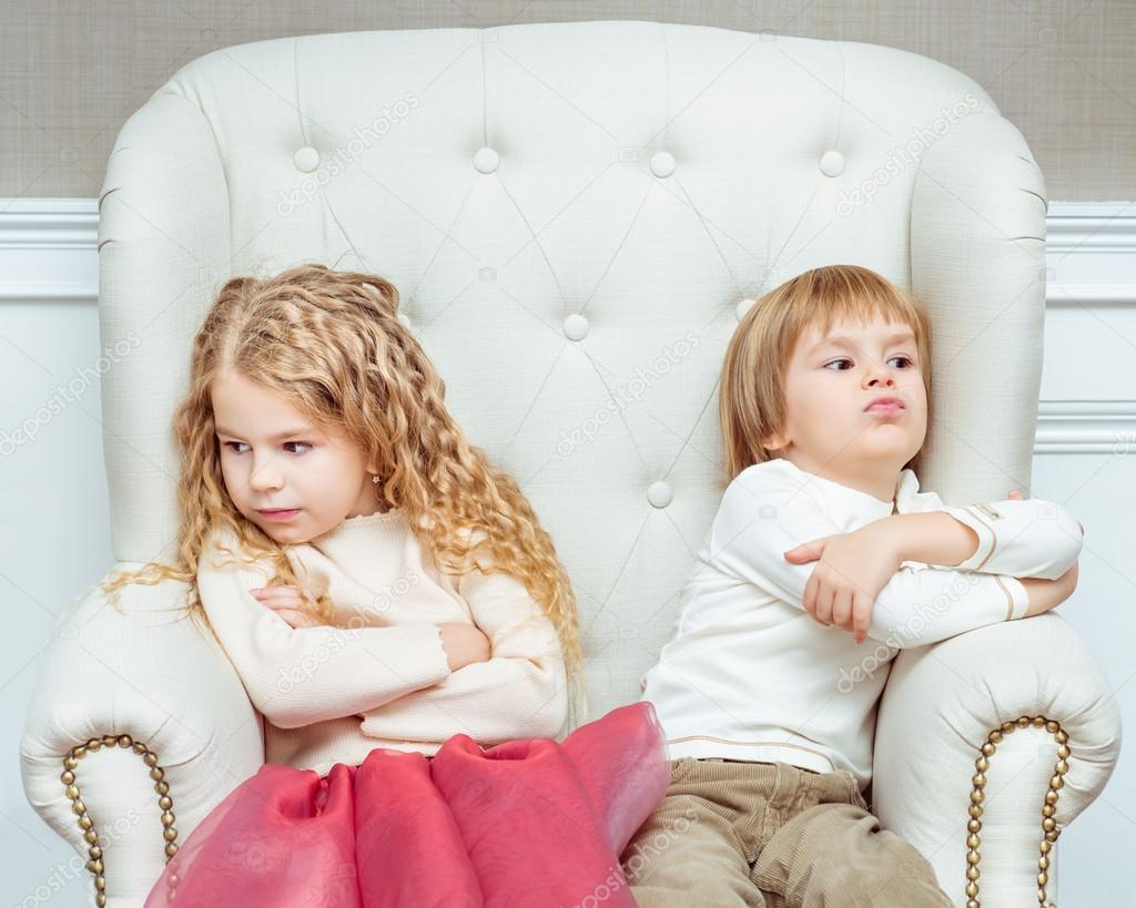 Эти два ребенка разговаривали друг с другом, и хотели узнать кто такой мальчик и кто такая девочка. Их разговор — чистое золото!