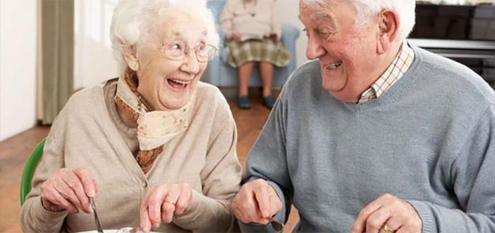 Официантка отказывается обслуживать завтрак без яиц, но то, что эта старушка делает в ответ — просто гениально!