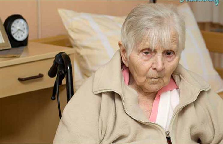 Эта старуха в доме престарелых никогда ни с кем не разговаривала. Но у нее была невероятная реакция, когда медсестра сделала это!