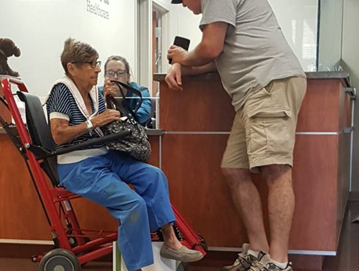Пожилую женщину игнорируют в отделении скорой помощи. Внезапно военный человек подходит к ней и задает один вопрос!