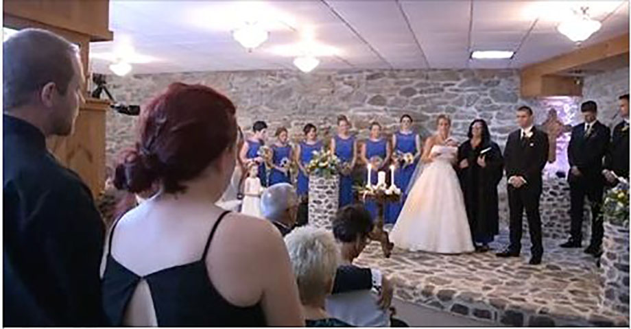 Невеста видит бывшую жену своего мужа на свадьбе, останавливает все и говорит ей встать!