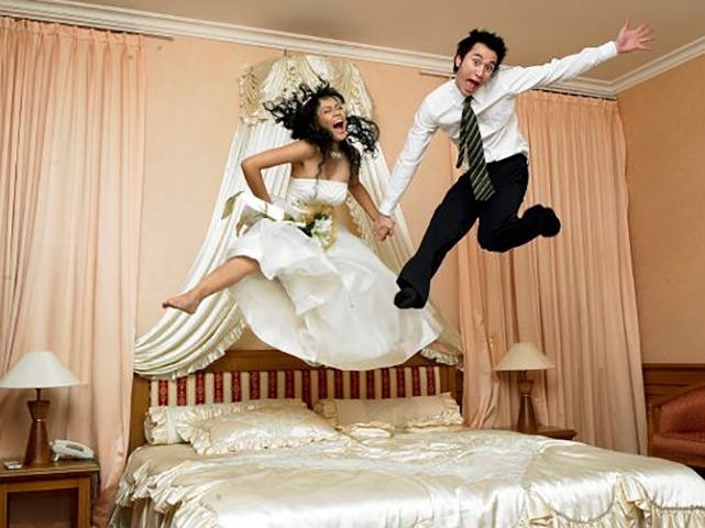 Молодожены хотели провести свою первую ночь вместе, но они никогда этого не ожидали!