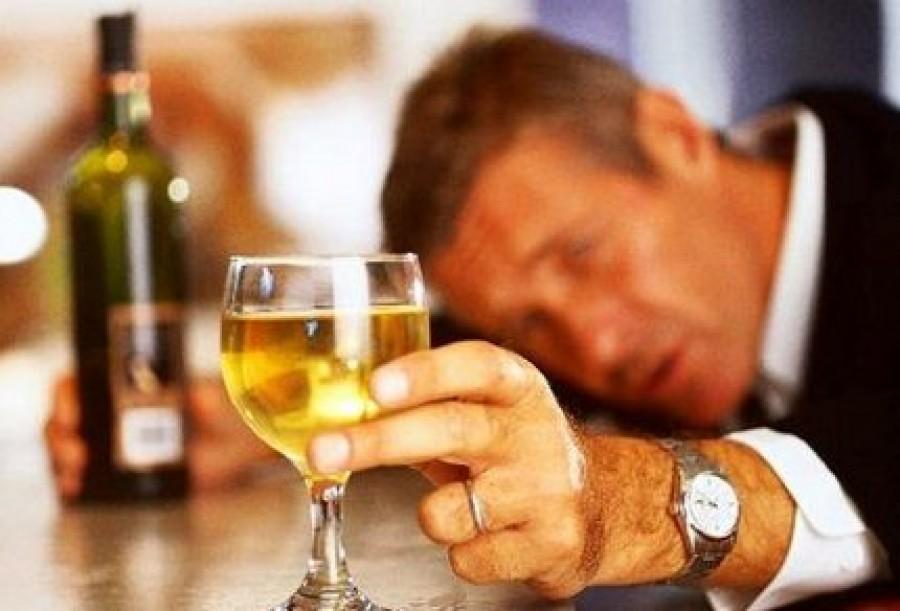 Он был расстроен, когда узнал, что его жена спала с другим мужчиной, и хотел напиться по этому поводу. Но потом случилось это!