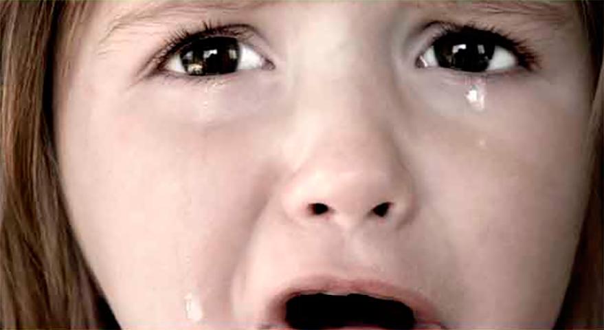 Маленькая девочка в слезах спросила свою маму, почему они не могут позволить себе купить ей платье. Но мама была шокирована, когда это произошло!