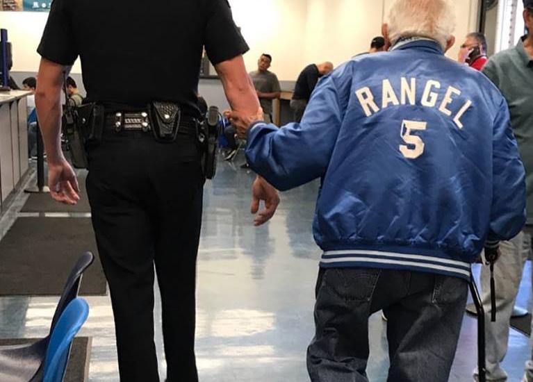 Пожилой человек устраивает беспорядок в банке. Спустя несколько часов полицейский возвращает его обратно, чтобы принять меры!