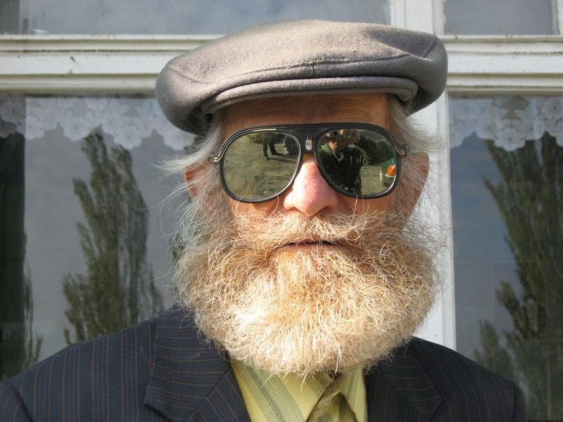 Гопники хотели украсть у дедушки шапку, но не тут то было!
