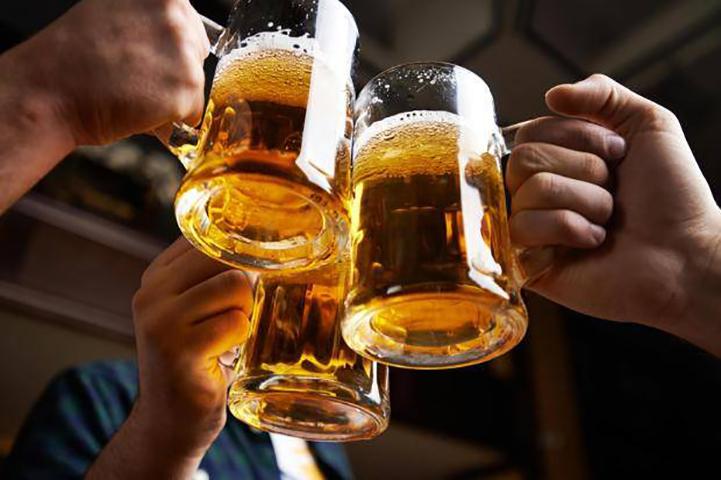Мужчина всегда заказывал сразу три пинты пива, причина этого – бунт!